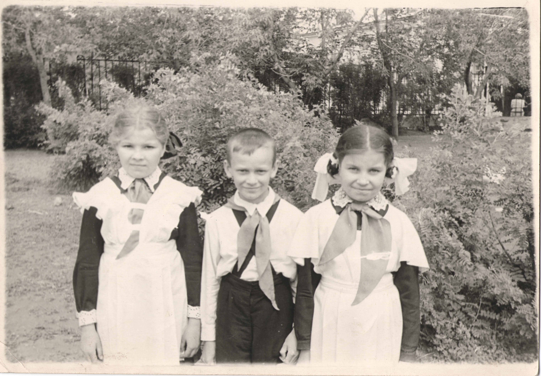«Снимок 1956 года. В тот день нас приняли в пионеры. В этом году нам всем исполнится по 70 лет». Прислал Александр Степанович Оляницкий, г. Новотроицк.