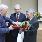 Свой приз Владимир Петров получил из рук учредителя премии Александра Зеленцова и вице-губернатора Павла Самсонова.