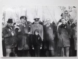 Второй слева Виталий Павлович основательа впереди мальчик внук Виталий 300x225 - Второй слева Виталий Павлович основатель,а впереди мальчик внук Виталий