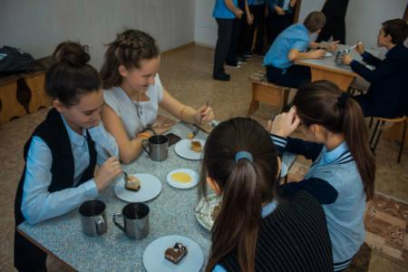 5 подв 1 - Учеников подкармливают медом
